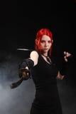 Schönes rotes Haarmädchen mit katana Klinge Lizenzfreie Stockfotos