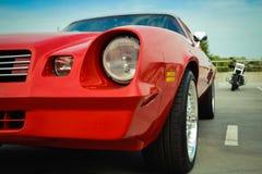 Schönes rotes Retro- Chevrolet im Parkplatz Lizenzfreie Stockfotos