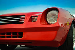 Schönes rotes Retro- Chevrolet im Parkplatz Lizenzfreies Stockbild
