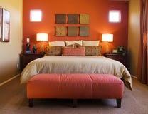 Schönes rotes Schlafzimmer Lizenzfreies Stockfoto