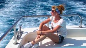 Schönes Rothaarigemädchen auf einer Yacht stock video footage