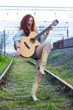 Schönes Rothaarigemädchen mit Gitarre Lizenzfreie Stockbilder