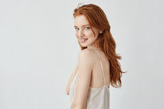 Schönes Rothaarigemodell mit den Sommersprossen, die Kamera betrachtend lächeln Lizenzfreies Stockfoto