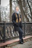 Schönes rothaariges Mädchen im Park im Frühjahr Lizenzfreies Stockbild