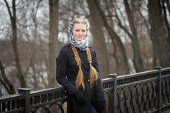 Schönes rothaariges Mädchen im Park im Frühjahr Lizenzfreie Stockfotografie