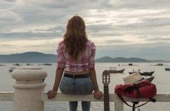 Schönes rothaariges Mädchen mit einer Gitarre Stockbild