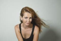 Schönes rothaariges Mädchen mit Ohrringen und Gesichtsdurchdringen Lizenzfreies Stockfoto