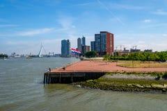 Schönes Rotterdam im Stadtzentrum gelegen mit Wolkenkratzern stockfoto