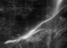 Schönes ruhiges langes Belichtungswasserfall Schwarzweiss-detai stockfotos