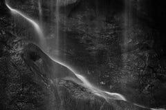 Schönes ruhiges langes Belichtungswasserfall Schwarzweiss-detai stockbilder