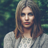 Schönes ruhiges Mädchenporträt - nahes hohes lizenzfreie stockfotos