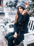 Schönes russisches Mädchen an einem Wolkentag im Winter gehend in Tverskaya-Quadrat in der Weihnachtszeit stockfotografie