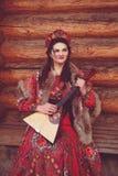 Schönes russisches Mädchen im nationalen Kostüm lizenzfreie stockfotos