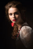 Schönes russisches Mädchen im Nationalkostüm mit einer Bortenfrisur und roten Lippen Schönes lächelndes Mädchen lizenzfreies stockbild