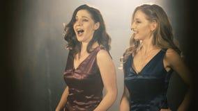 Schönes Sängermädchen der Oper zwei Abschluss des Porträts 4k oben des Künstlersängers stockbilder