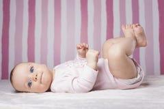 Schönes Säuglingsporträt auf buntem Hintergrund Lizenzfreie Stockfotografie