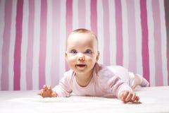Schönes Säuglingsporträt auf buntem Hintergrund stockfoto
