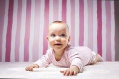 Schönes Säuglingsporträt auf buntem Hintergrund stockbilder