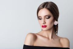 Schönes süßes Mädchen mit dem langen Haar mit Verzierungen handgemachten sheii Halsketten und Ohrringen hergestellt von den Blume Stockbilder
