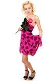 Schönes, süßes Mädchen mit einer Rose in einem Kleid steht Stockbilder