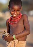 Schönes Samburu-Mädchen im Bogenschütze-Beitrag, Kenia Stockfotos