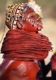 Schönes Samburu-Mädchen im Bogenschütze-Beitrag, Kenia Lizenzfreie Stockbilder