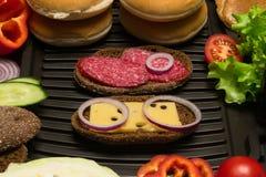Schönes Sandwich zwei mit gegrillten Zwiebelringen Lizenzfreies Stockbild