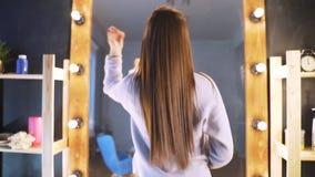 Schönes sauberes gut-gepflegtes Haar einer jungen Frau nach einem Botox-Verfahren in einem Schönheitssalon Das Mädchen ist mit gl stock footage