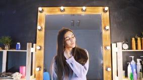 Schönes sauberes gut-gepflegtes Haar einer jungen Frau nach einem Botox-Verfahren in einem Schönheitssalon Das Mädchen ist mit gl stock video footage