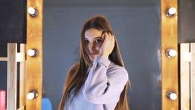Schönes sauberes gut-gepflegtes Haar einer jungen Frau nach einem Botox-Verfahren in einem Schönheitssalon Das Mädchen ist mit gl stock video