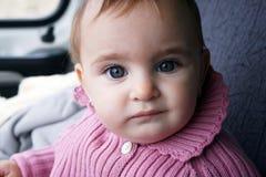 Schönes Schätzchen mit großen blauen Augen lizenzfreie stockbilder
