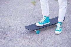 Schönes schönes Mädchen fährt auf Landstraße auf szenischer Straße Longboard Solartonen Ein Nahaufnahmeporträt Stockfoto