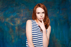 Schönes schüchternes junges Modell mit dem roten Haar in gestreiftem T-Shirt Stockbild