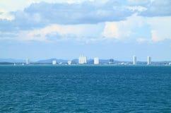 Schönes Schattenbild der Stadt vom Meer Stockbild
