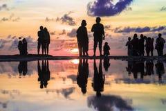 Schönes Schattenbild von Fotografen und von touristischem Fotografieren lizenzfreie stockfotografie