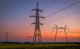 Schönes Schattenbild von Strom-Türmen stockfotos