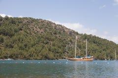 Schönes Schiff in einem See Stockbild