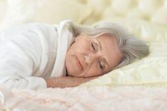 Schönes Schlafen der älteren Frau lizenzfreies stockbild