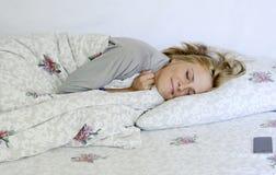 Schönes Schlafen der jungen Frau Lizenzfreies Stockbild