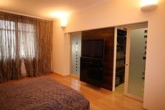 Schönes Schlafzimmer in den weißen Tönen Stockbilder