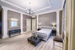 Schönes Schlafzimmer der Innenarchitektur im Luxushaus Lizenzfreies Stockbild