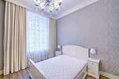 Schönes Schlafzimmer der Innenarchitektur im Luxushaus Stockfotos