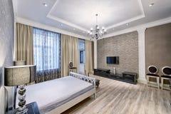 Schönes Schlafzimmer der Innenarchitektur im Luxushaus Lizenzfreies Stockfoto