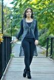 Schönes schlankes Gehen der jungen Frau Lizenzfreies Stockfoto