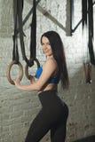 Schönes schlankes Mädchen mit einer Sportzahl stockfotografie