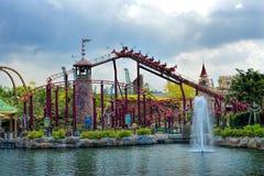 Schönes Schloss und Achterbahn in Universal Studios Lizenzfreies Stockfoto