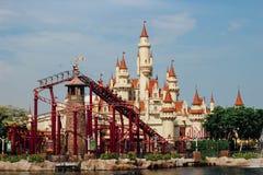 Schönes Schloss und Achterbahn in Universal Studios Stockbilder