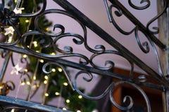 Schönes Schmiedeeisentreppenhaus mit dem verzierten Weihnachtsbaum im Innenraum lizenzfreies stockfoto