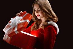 Schönes Schnee-Mädchen öffnet ein großes Geschenk für neues Jahr 2018,2019 Stockfotografie