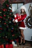 Schönes Schnee-Mädchen mit Geschenk Stockfotos